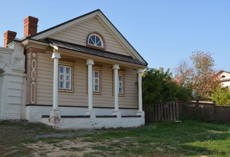 домик с колоннами