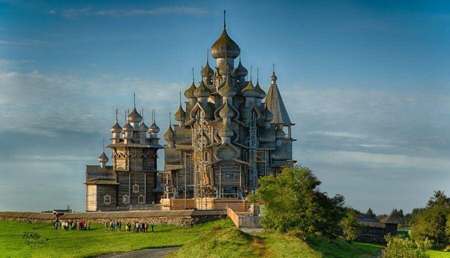 мельницы, русские избы, амбары и даже древнюю деревянную церквушку