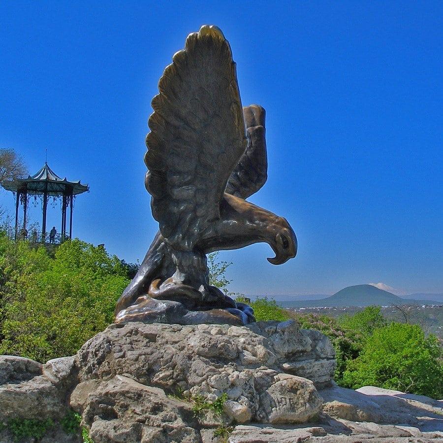 большая скульптура орла