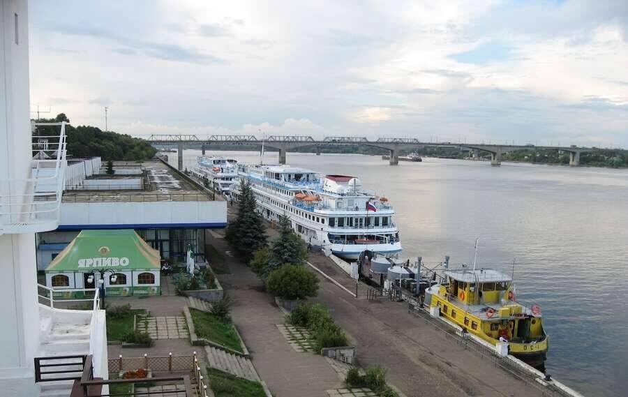 теплоход в порту Ярославля