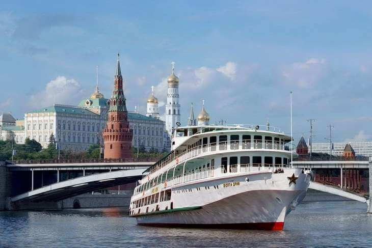 круизный лайнер в Москве