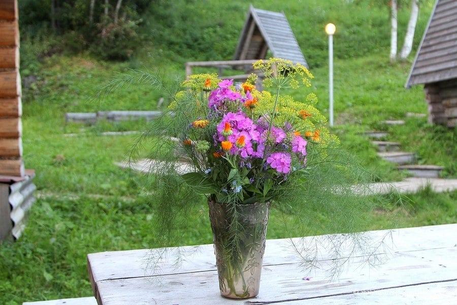 в деревне много цветов