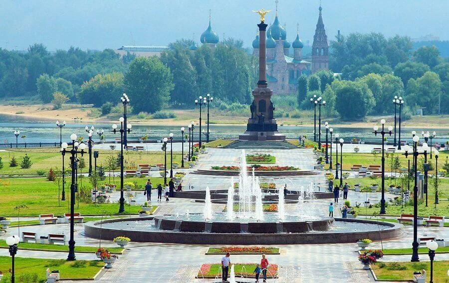 площадь с фонтаном в ярославле